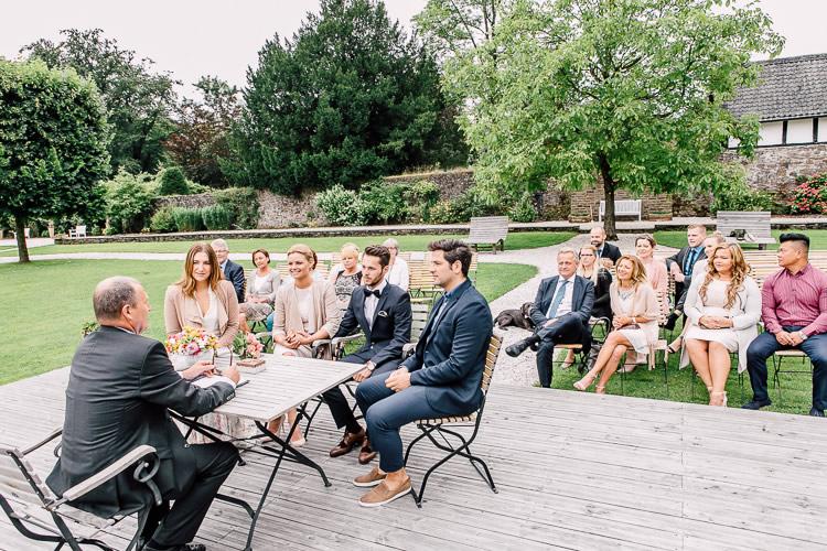 brautpaar und gäste ehreshoven schloss trauung