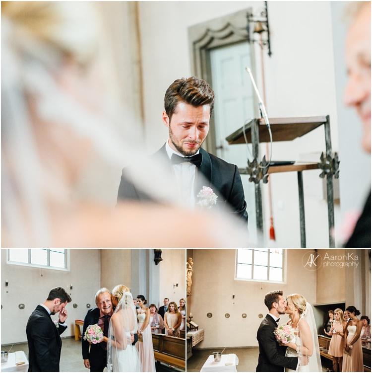 Vater übergibt die Braut