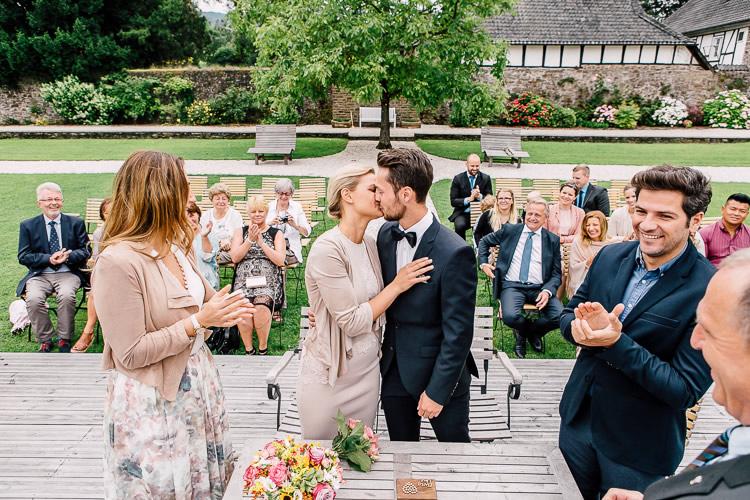 erster kuss nach der eheschließung auf schloss ehreshoven