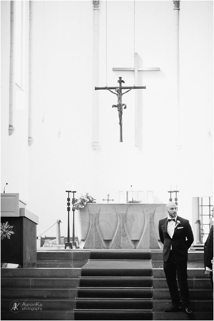 bräutigam wartet am altar