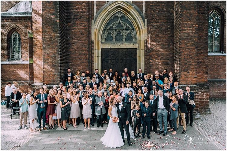 gruppenfoto vor der st. joseph kirche in nippes
