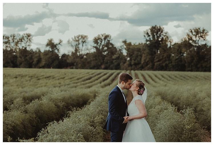 Boho Hochzeit brautpaar auf feld