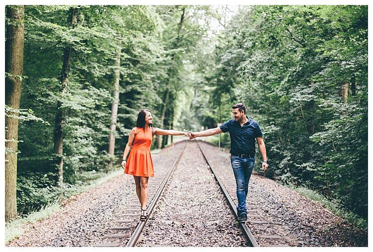 Pärchen beim Paarshooting auf Gleisen