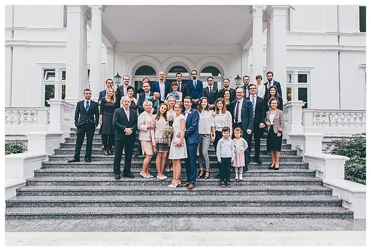 gruppenfoto mit der hochzeitsgesellschaft villa hammerschmidt